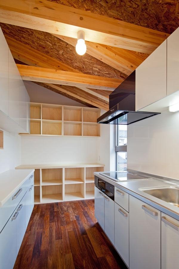 木格子の家/石神井台の二世帯住宅の写真 2階子世帯フロアのキッチンはコンパクトに