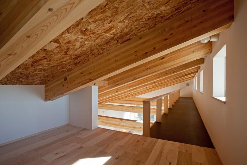 木格子の家/石神井台の二世帯住宅の部屋 ロフト奥にキャットウォークを見る