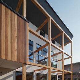 木格子の家/石神井台の二世帯住宅 (2階のバルコニー部分の外壁をセランカンバツ(木材)を施工)