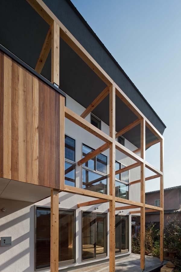 木格子の家/石神井台の二世帯住宅の部屋 2階のバルコニー部分の外壁をセランカンバツ(木材)を施工