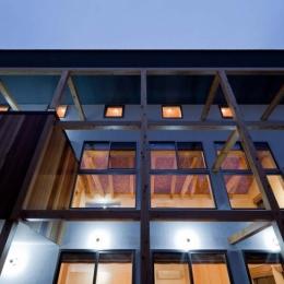 木格子の家/石神井台の二世帯住宅 (船舶用照明によるライトアップされた夕景、照明は全てLED.)