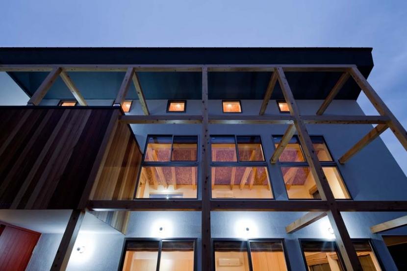 木格子の家/石神井台の二世帯住宅の部屋 船舶用照明によるライトアップされた夕景、照明は全てLED.