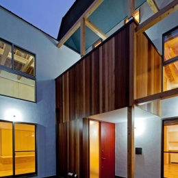 木格子の家/石神井台の二世帯住宅 (玄関および2階のバルコニーの外壁はセランカンバツ(木材)張り)