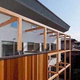 木格子の家/石神井台の二世帯住宅 (2階レベルの目線の外観.バルコニーはセランカンバツ(木材)張り)