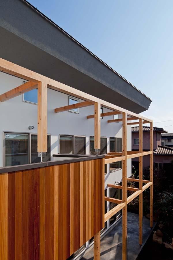 木格子の家/石神井台の二世帯住宅の写真 2階レベルの目線の外観.バルコニーはセランカンバツ(木材)張り