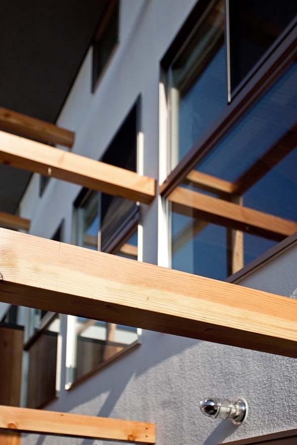 木格子の家/石神井台の二世帯住宅の写真 外観近景(木格子は不燃認定木材)