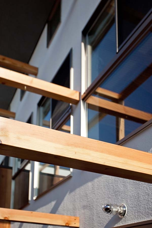 木格子の家/石神井台の二世帯住宅の部屋 外観近景(木格子は不燃認定木材)
