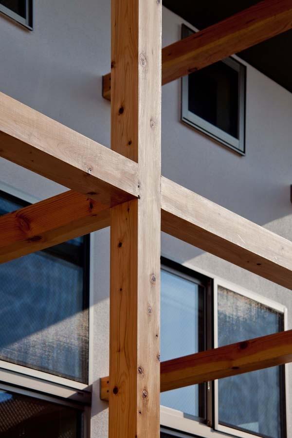 木格子の家/石神井台の二世帯住宅の写真 不燃認定木材による木格子近景