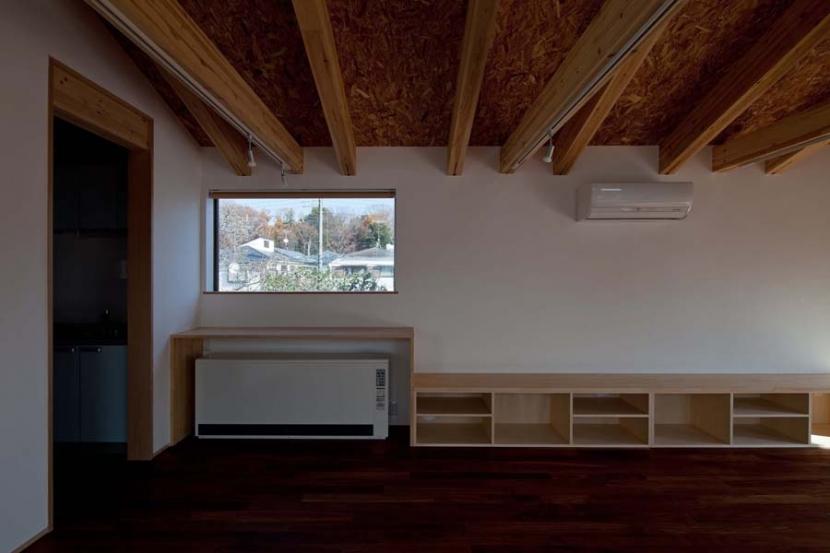 木格子の家/石神井台の二世帯住宅の部屋 蓄熱暖房機のある2階子世帯リビング.窓からは石神井公園が見える