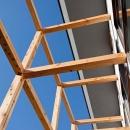将来日曜大工で日除けのスクリーンを設置する予定の木格子の見上げ