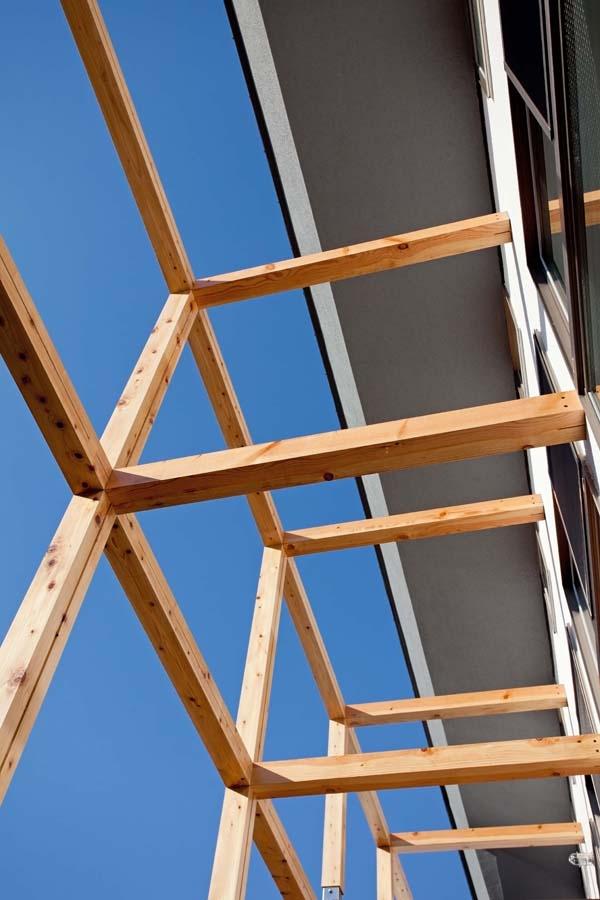 木格子の家/石神井台の二世帯住宅の写真 将来日曜大工で日除けのスクリーンを設置する予定の木格子の見上げ