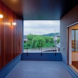 セランカンバツ(木材)を貼った壁と天井のある2階テラス