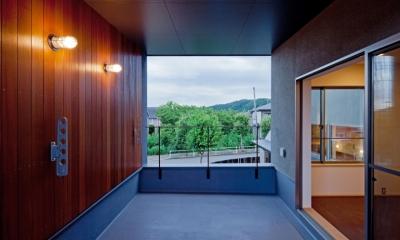 (東京都あきる野市)武蔵増戸のR屋根の家 (セランカンバツ(木材)を貼った壁と天井のある2階テラス)