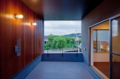 セランカンバツ(木材)を貼った壁と天井のある2階テラス ((東京都あきる野市)武蔵増戸のR屋根の家)