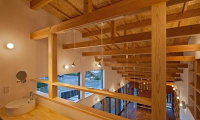 (東京都あきる野市)武蔵増戸のR屋根の家 (階段を上がった2階のホールは,家族が共同で使う書斎コーナー(流し付き))