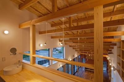 階段を上がった2階のホールは,家族が共同で使う書斎コーナー(流し付き) ((東京都あきる野市)武蔵増戸のR屋根の家)