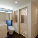 学校用の実験流しを採用した洗面スペースと洗濯機置場のあるパウダースペース