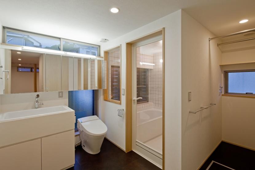 (東京都あきる野市)武蔵増戸のR屋根の家の部屋 学校用の実験流しを採用した洗面スペースと洗濯機置場のあるパウダースペース