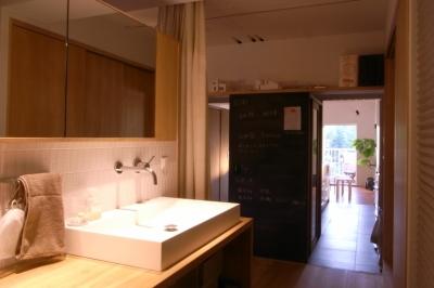 オープンな洗面室 (千葉県船橋市『私たちの家』)