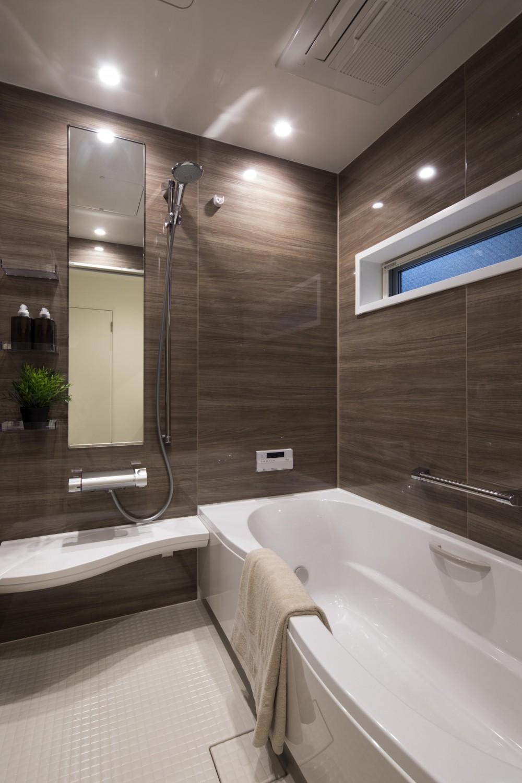 モダンスリット窓の邸 (浴室)