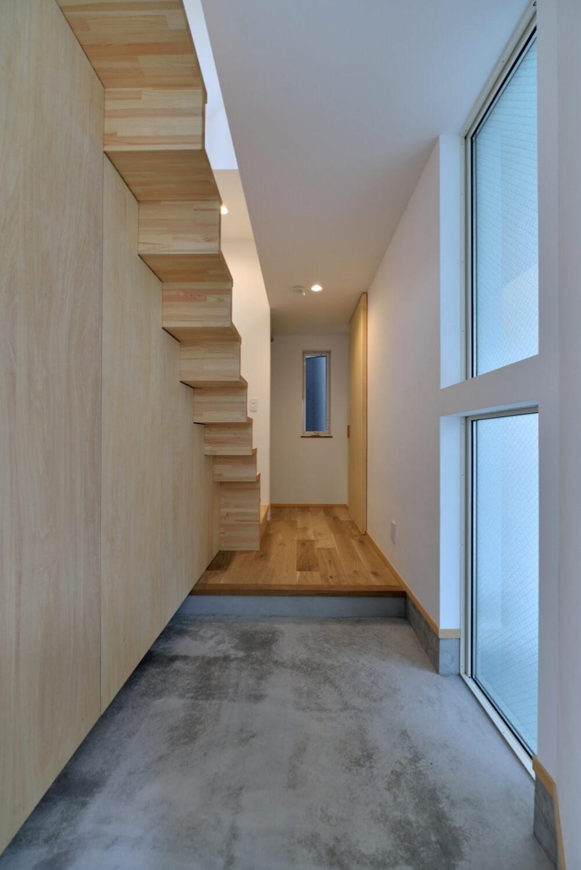 世田谷区I様邸 リビングを中心に。吹き抜けが上下の空間をつなぐ戸建ての家 (玄関)