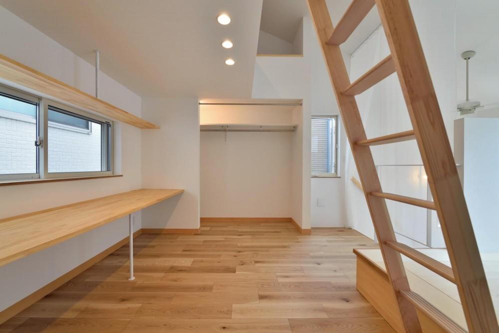 世田谷区I様邸 リビングを中心に。吹き抜けが上下の空間をつなぐ戸建ての家 (3F書斎/オープンクローゼット)