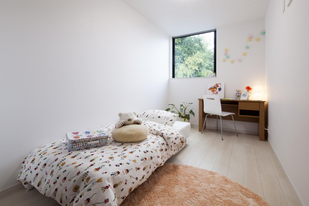 自然の緑に溶け込む暮らし (子供部屋)