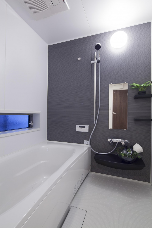 自然の緑に溶け込む暮らし (浴室)