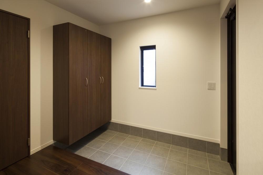 縦空間が家族を繋ぐ邸 (玄関)