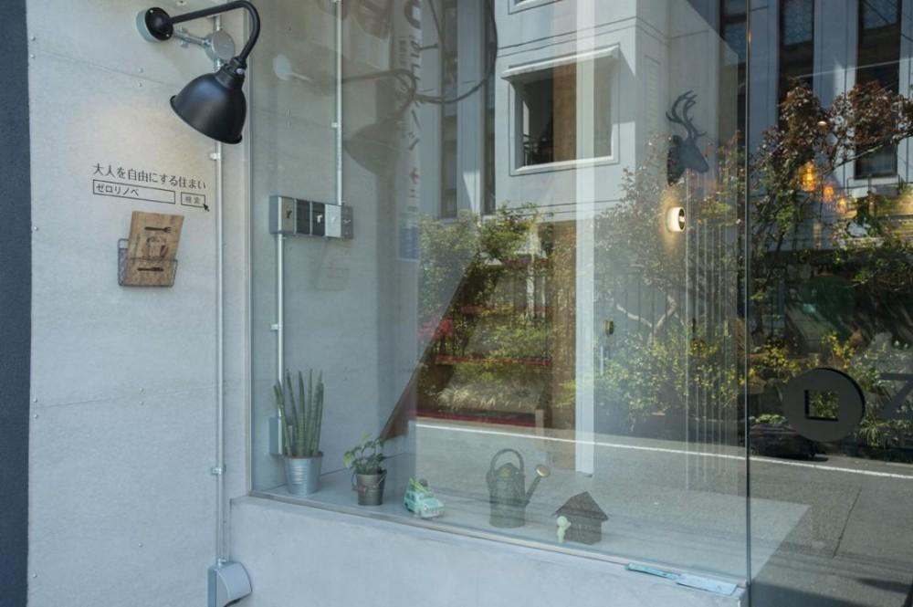 ゼロリノベの事務所 (通りから筒抜けなガラス張りのエントランス)