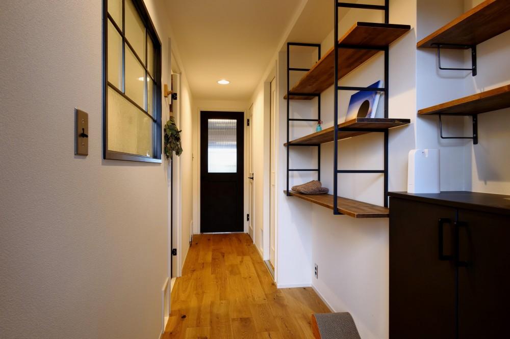 シンプルに暮らしを楽しむ!ロフトが主役のカフェハウス (玄関)