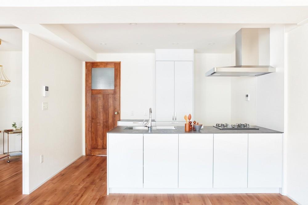 味わいのある素材を組み合わせた風合い豊かな住まい (キッチン)