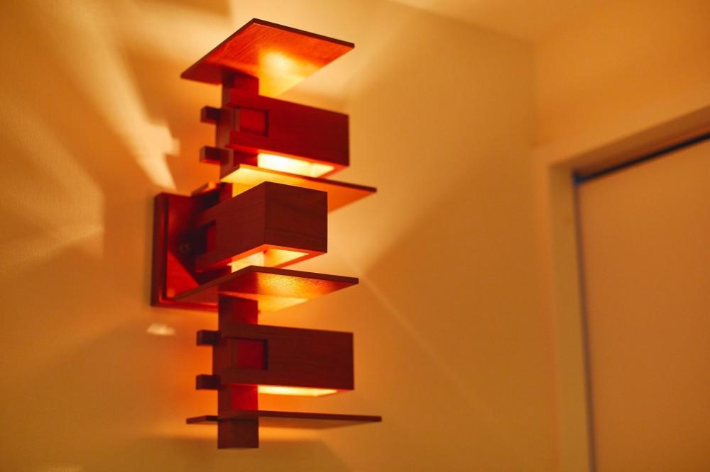 味わいのある素材を組み合わせた風合い豊かな住まい (照明)