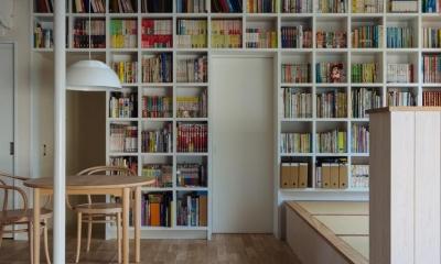 約1500冊を収納できる本棚|汐見坂の家