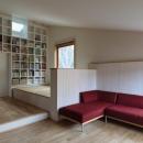 汐見坂の家の写真 本棚とリビング