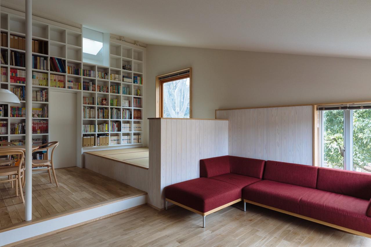 リビングダイニング事例:本棚とリビング(汐見坂の家)