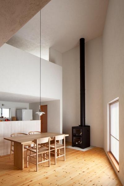暖炉のあるリビング (南沢の小住宅)
