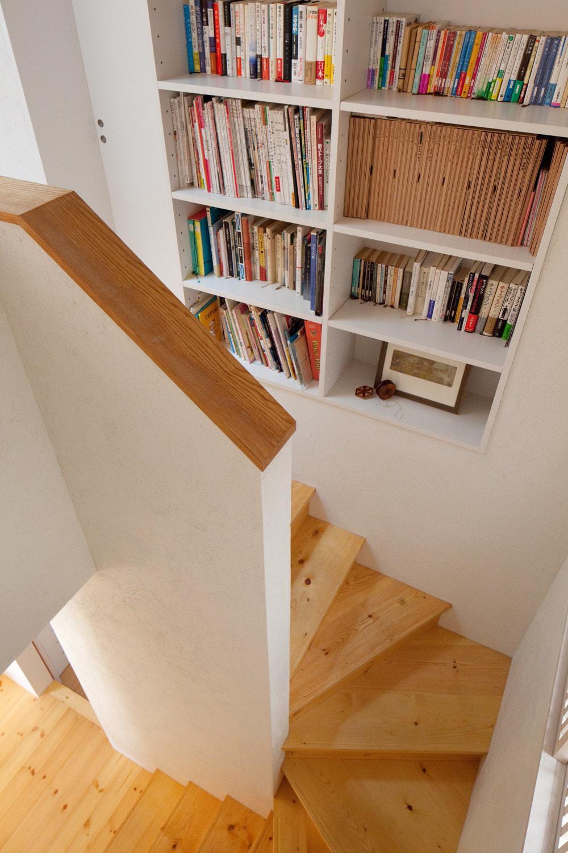 南沢の小住宅 (階段収納)