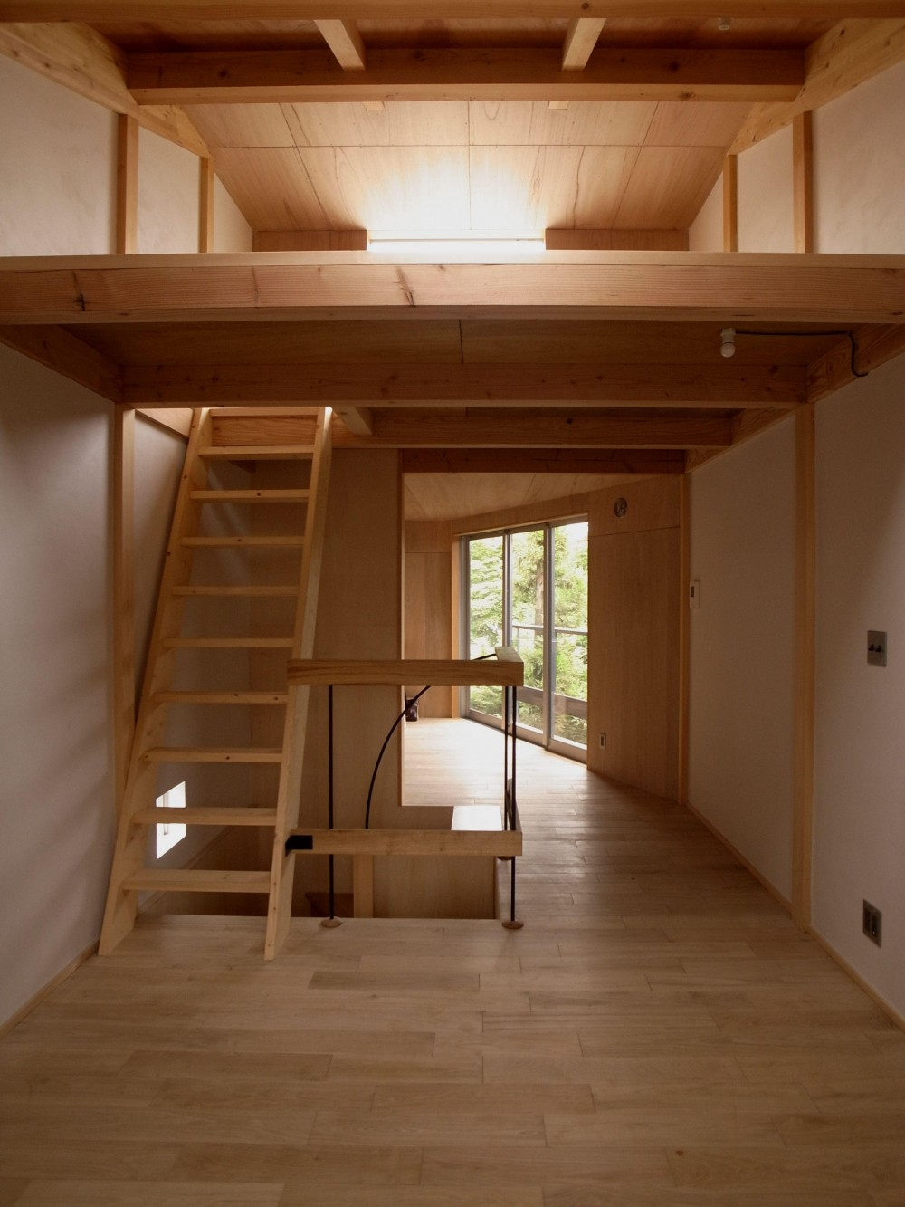 もと三軒長屋だった場所に、細長い形状の木の家をつくりました。 (リビング)