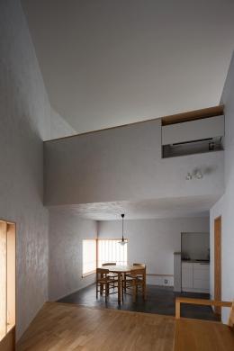 清瀬の小住宅 (吹き抜けによって繋がる仕切りの無い一室空間)