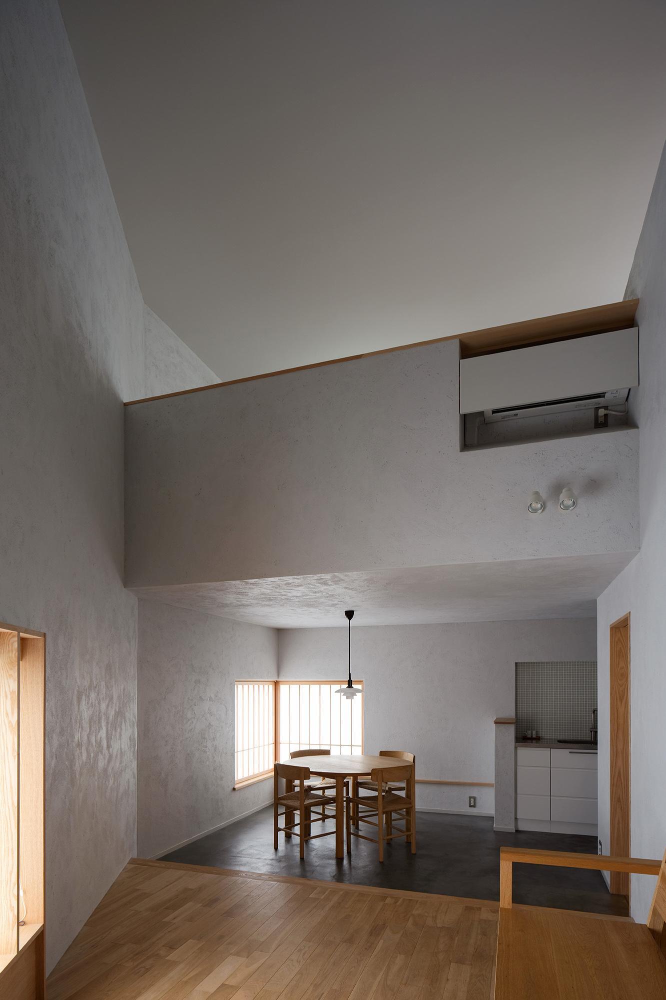 リビングダイニング事例:吹き抜けによって繋がる仕切りの無い一室空間(清瀬の小住宅)