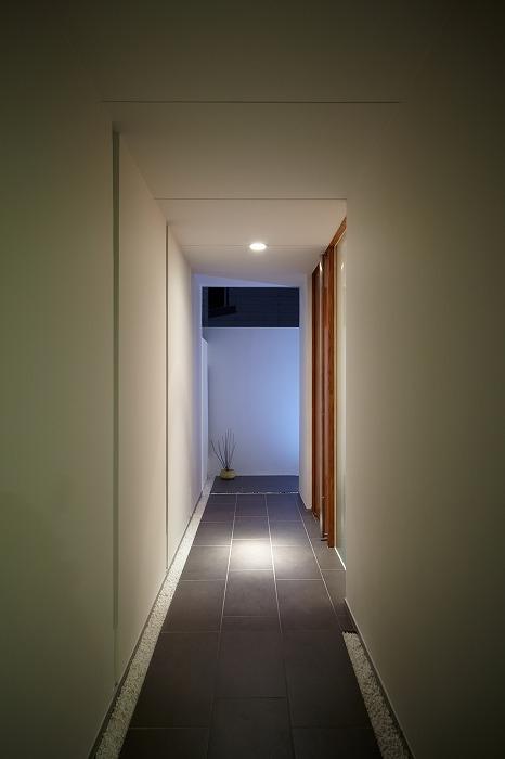 WHITE   BOXの部屋 玄関アプローチ