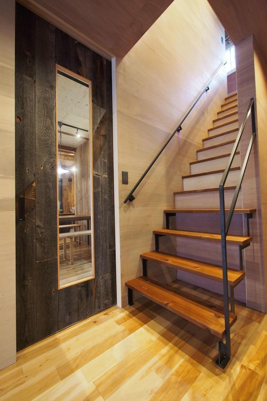 ビンテージを作るリノベーション (ホール・階段)