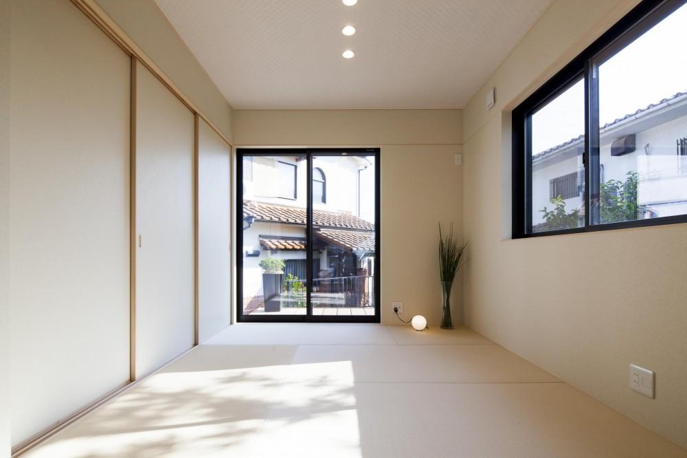 三角形の敷地のかたちを最大限に生かし、光があふれる家。 (LDKにつながる和室)