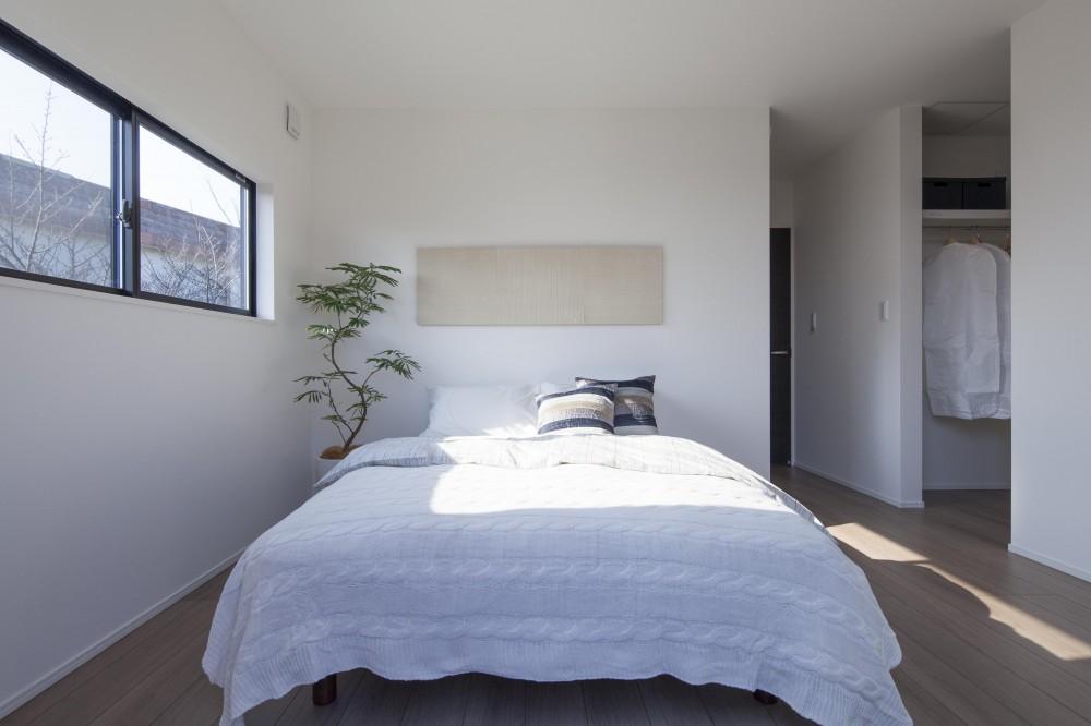 三角形の敷地のかたちを最大限に生かし、光があふれる家。 (WICのある主寝室)