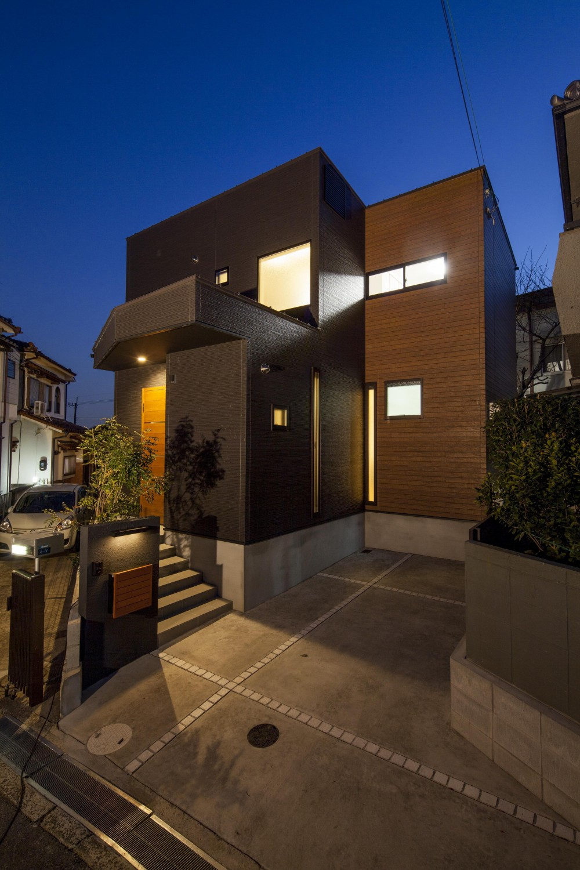 三角形の敷地のかたちを最大限に生かし、光があふれる家。 (外観)