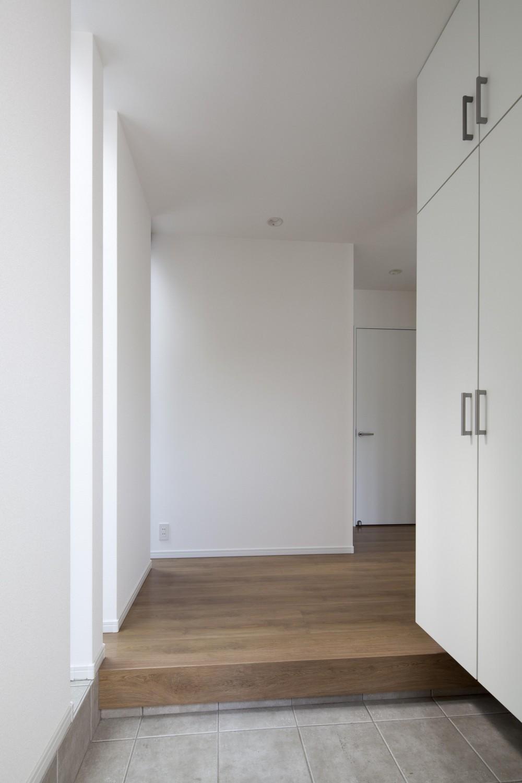 格子と白の邸 (玄関)