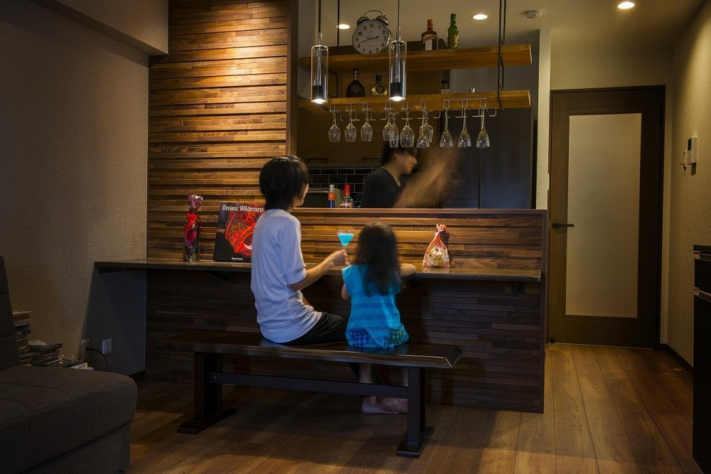 キッチンは趣味を活かした空間に。ホームバーが中心にある家 (キッチン)