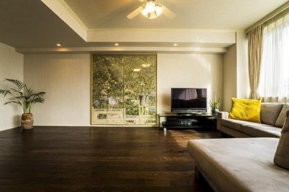 鳥や植物が美しいハンドメイドの壁紙と紗綾形文様の扉で彩られたシノワズリーの空間 (リビング)