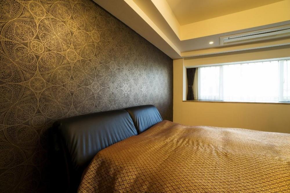 鳥や植物が美しいハンドメイドの壁紙と紗綾形文様の扉で彩られたシノワズリーの空間 (ベッドルーム)